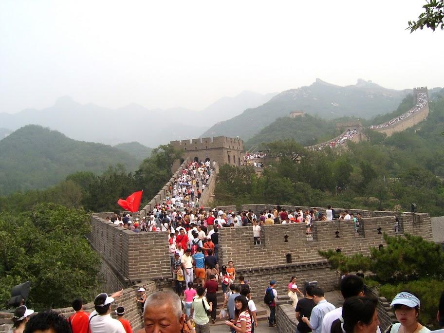 mur chiński i kilku turystów