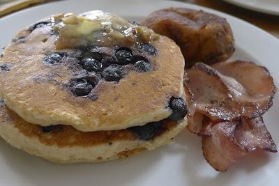 Bluberry pancakes and bacon