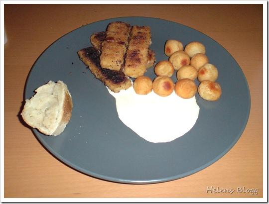 Fiskpinnar med kroketter, lite grädde och en skiva vitlöksbröd