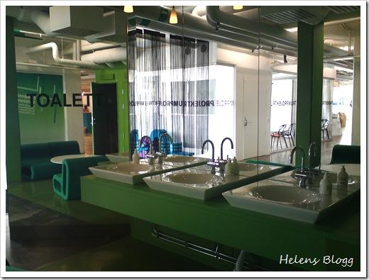 Toalett, handfatt och lounge i spegeln