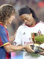 Ronaldinho_Puyol_recebe taça em homenagem