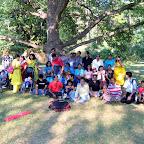 Яркая индийская семья в парке в Хельсинки