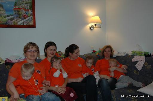 Wesoła ekipa a pomarańczowych koszulkach