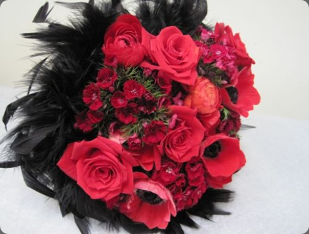 red-bridal-bouquet-with-black-feather-collar-Françoise-Weeks2