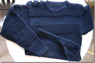 Hele-sweateren-på-bordet