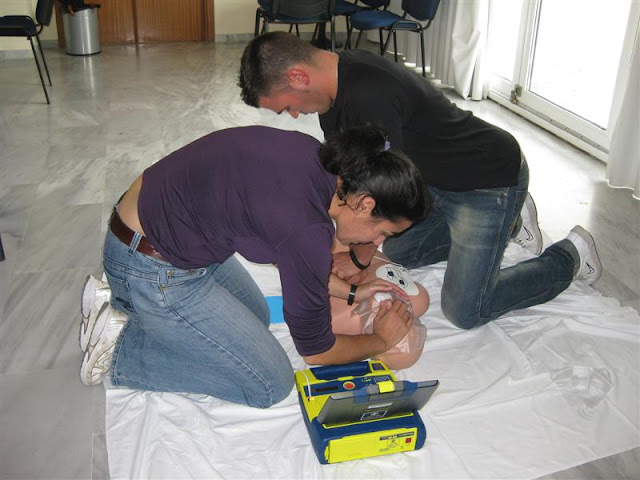 Dos voluntarios de Proteccion Civil Benalmadena practicando la RCP con DESA