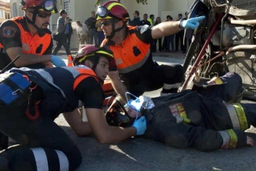 Dotación de la Ambulancia de SVB de Protección Civil Benalmádena, atendiendo a una de las víctimas.