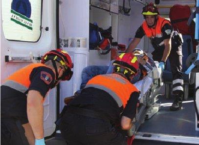 Subiendo a una de las victimas a la Ambulancia de SVB para ser trasladada al Hospital de Alta Resolución y Especialidades (HARE).