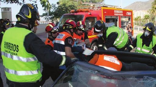 Voluntarios de Protección Civil Benalmádena con la ayuda de Bomberos, extraen a una de las victimas, inmovilizada, de uno de los vehiculos