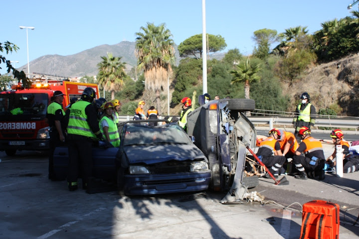 Los equipos de intervencion actuando durante el accidente.
