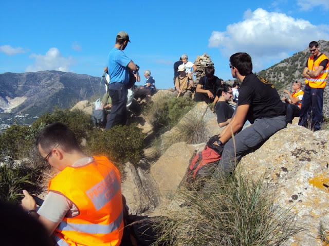 Los voluntarios de Protección Civil Benalmádena junto con los participantes durante un alto en el camino.