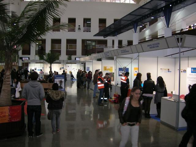 Vista general del hall de la facultad de Ciencias de la Educación / Psicología donde se ubicaron los diferentes stands.