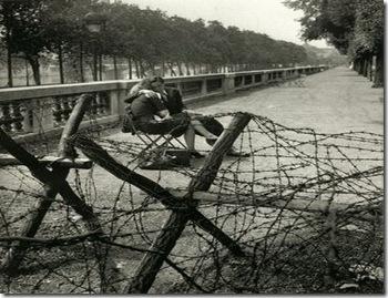 L'amour sous l'Occupation, Jardin des Tuileries, Paris, 1944, by Robert Doisneau1
