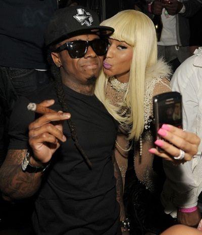 Nicki Minaj tira foto com Lil Wayne pelo celular