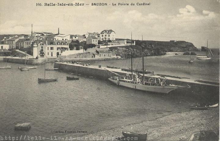Le port de Sauzon au premier plan avec la pointe du Cardinal au second plan, à Belle Isle en mer