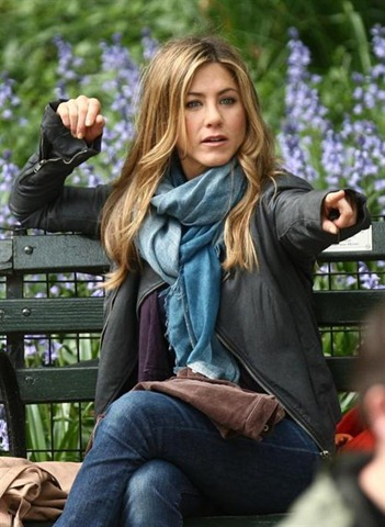 Jennifer_Aniston_sits_a47b
