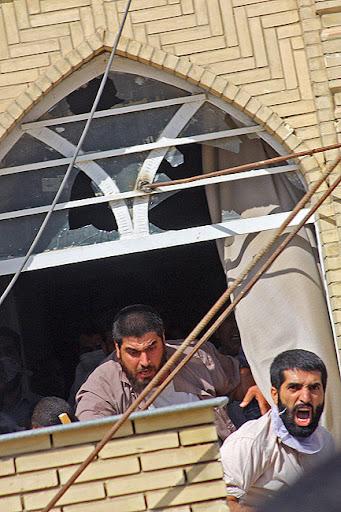 حمله شاگردان علی محمد سربی(دستغیب) از بالای بام مسجد به روزه داران عزادار
