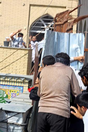 حمله شاگردان علی محمد سربی(دستغیب) از پشت بام مسجد به روزه داران عزادار