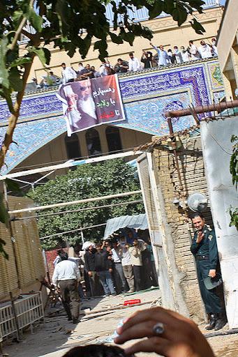سنگ پرانی طلاب و مریدان علی محمد سربی(دستغیب) از بام مسجد به سمت مردم و مامورین