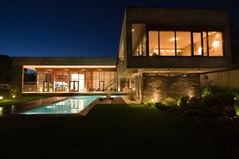 Villa kiani con fachadas de estilo minimalista arquitexs for Casa minimalista roja