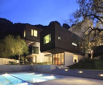 fachada-granito-negro-concreto-blanco