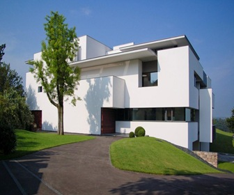 Cubos blancos de estilo minimalista por arquitecto for Fachadas estilo minimalista casas
