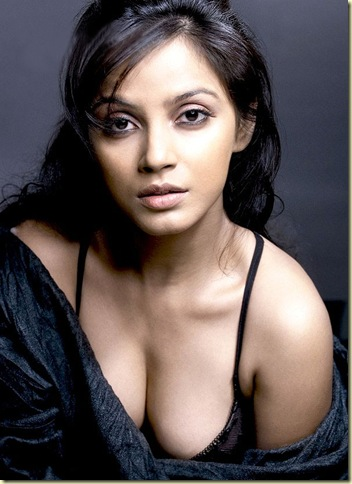 01 Neetu Chandra showing her deep cleavage