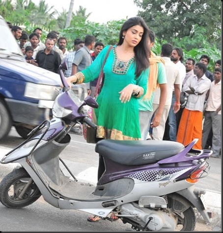 Shriya-at-Rowthiram-Shooting-Spot-Stills-003