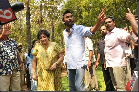 Latha-Rajinikanth-Dhanush-Press-Stills-008