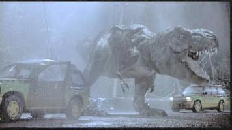 tiranossauro aterroriza os carros do parque