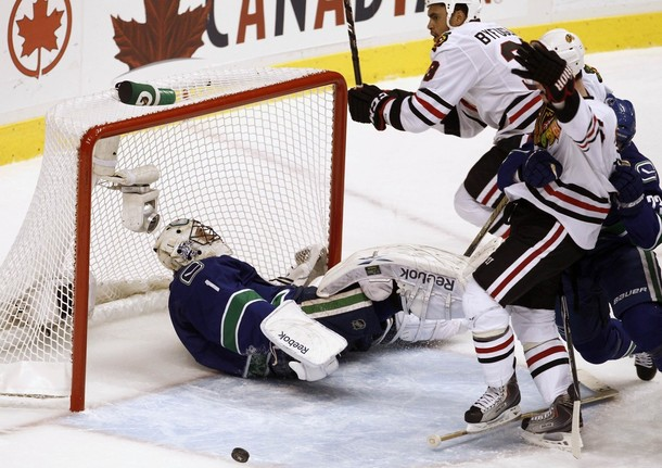 canucks_blackhawks_game3_3.jpg