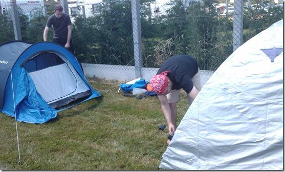 Montage de tente : la vieillesse contre la jeunesse