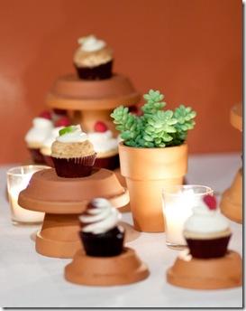Casa de Valentina - via Style Me Pretty - mesa com vasinhos 2