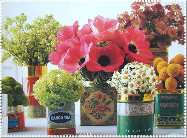 Flores arrumadas em antigas caixinhas de chá
