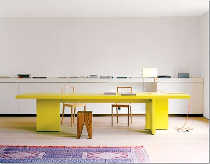 mesa com cor e desenho inusitado