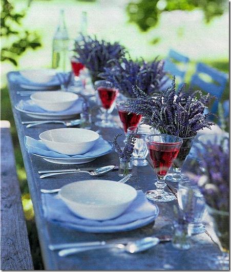 Casa de Valentina - via Martha Stewart - uma mesa com lavanda