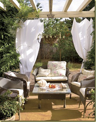 Romantic-Patio-With-Curtains-HTOURS0307-de