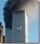 El 2º avión, apunto de impactar contra uno de los edificios