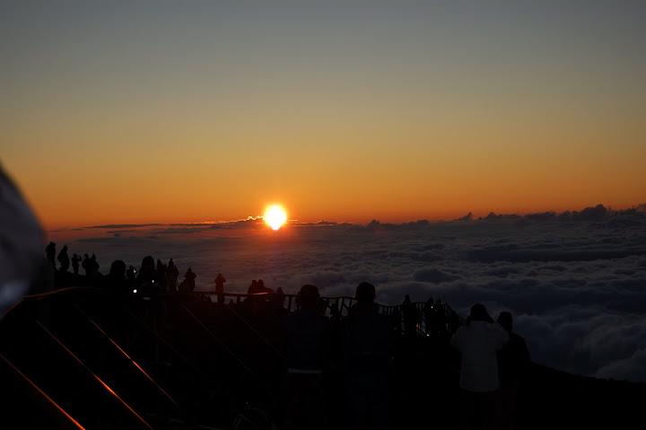 富士山頂より御来光を拝む写真