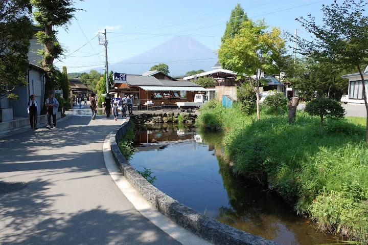 鏡池と富士山の写真