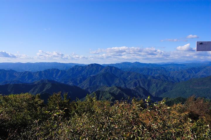 三ツ瀬明神山山頂から長野県側を望んだ写真