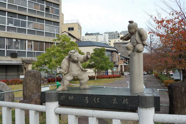 五条大橋の牛若丸と弁慶の銅像の写真