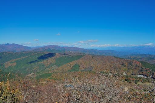 茶臼山山頂東側展望台から東側の紅葉の写真