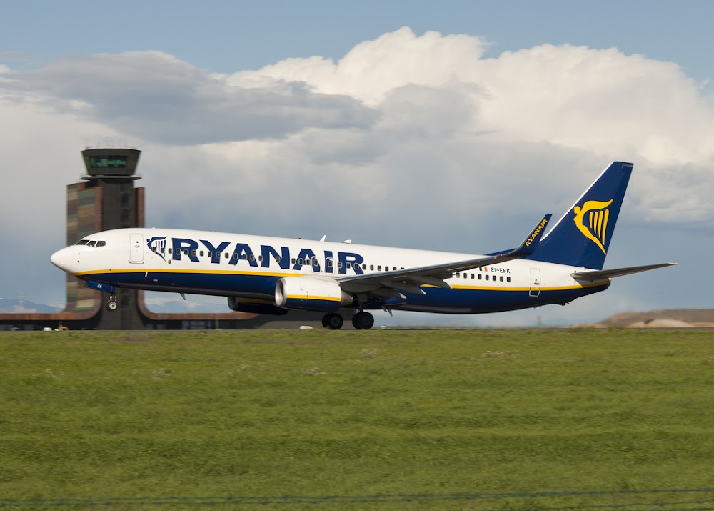 Lérida airport with Ryanair plane, without Photoshop, <a href='http://www.flickr.com/photos/thundershead/4491308317/'>CC by thunderhead</a>