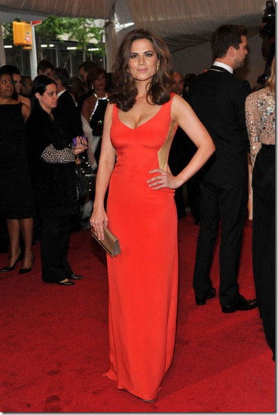 Hayley Atwell im roten Kleid an der MET Gala 2011