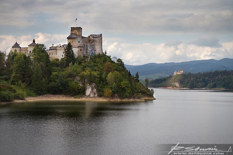 Zamek w Niedzicy. Widok na zalew i zamek czorsztyński. Ostatnie podrygi lata tej jesieni.