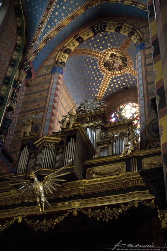 Kraków, Kościół Mariacki. Złocenia ukryte w półmroku, dźwięk organów i zapach kadzidła. Gotyk pełną gębą.