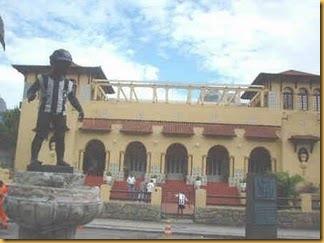 O Manequinho em seu local atual, em frente à sede do Botafogo.