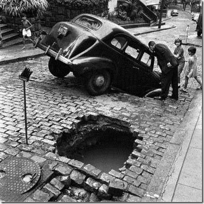 Carro cai em buraco nas ruas do Rio na década de 50 ou 60