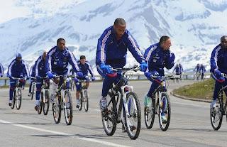 Bleus : Nuit en haute altitude, Du vélo avant d'attaquer le glacier